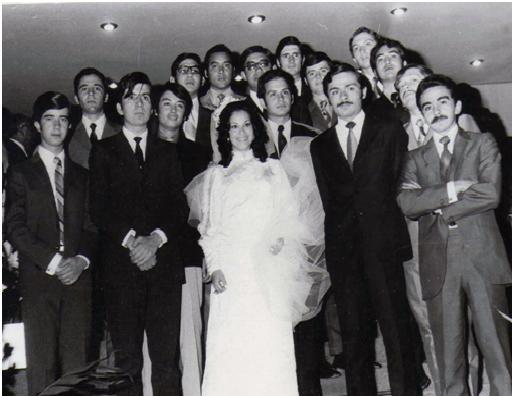 María Elena el día de su boda con sus compañeros de generación.